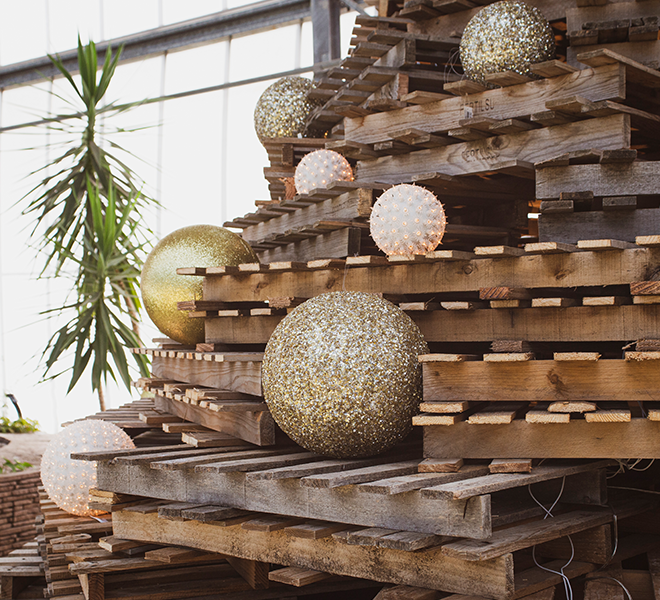 palle dorate natalizie su albero di natale in pallet