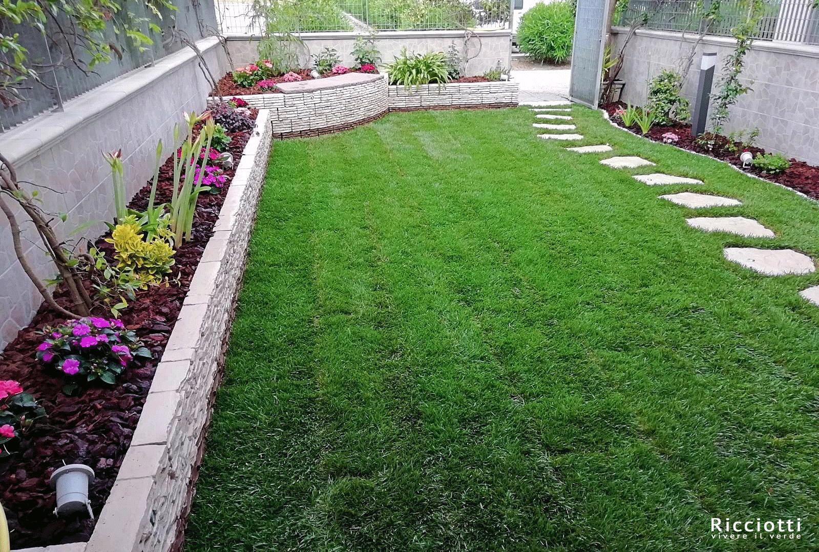 giardino di casa con prato erboso